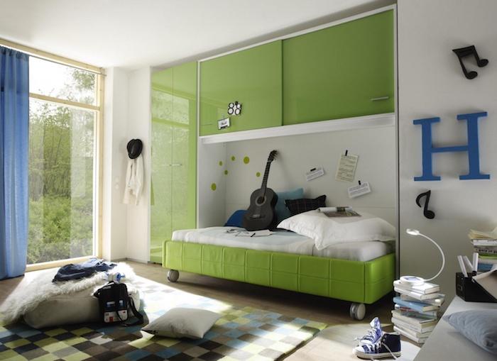 deco chambre ado garcon, plafond blanc avec meubles verts, rideaux longs et bleu, décoration note musicale en noir