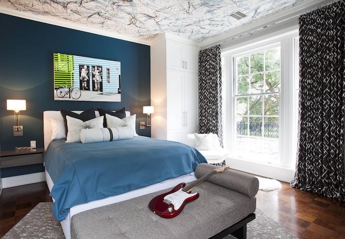 chambre ado, revêtement de sol en bois marron foncé, peinture en vert et bleu avec vélo, banc en cuir gris