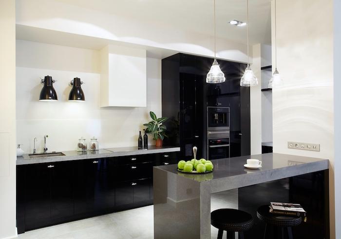 cuisine amenagee, cuisine en longueur avec meubles noirs et comptoir gris, petit ilot central en gris anthracite