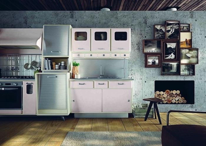 revetement mural cuisine, plafond en bois marron foncé et plancher en bois clair, mur de cadre photo décoratifs en bois foncé