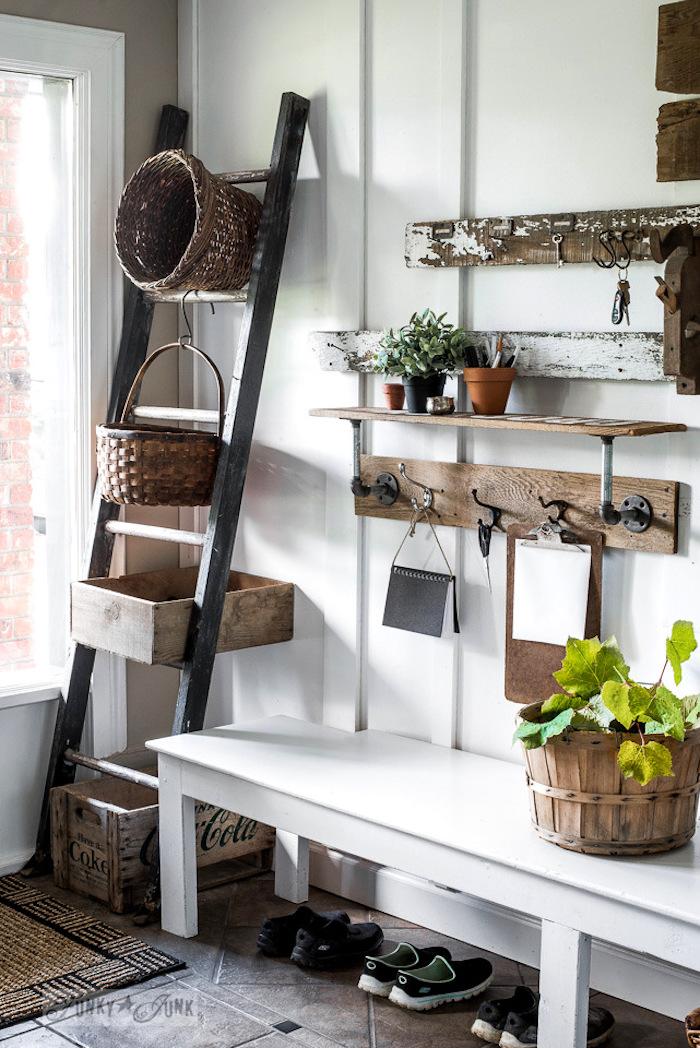 echelle bois deco style rustique, rangements, panier en bois, paniers en rotin, patère usée, hall entrée maison campagne chic