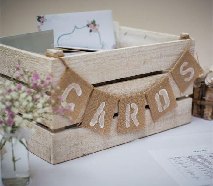 idée déco mariage simple, cagette bois pour les cartes de voeux, guirlande à bouts de jute, pot en verre avec des fleurs dedans
