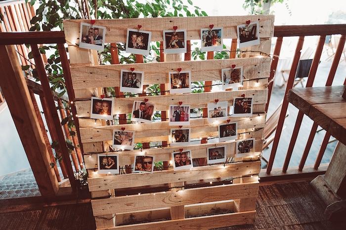 deco mariage pas cher, pele mele de photos sur une palette en bois avec décoration de guirlande lumineuse
