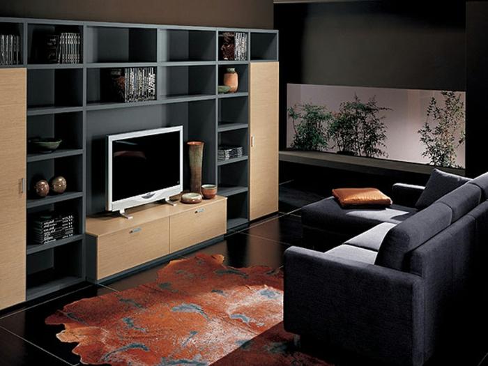 idee deco salon cocooning, meuble de tv en couleur claire, étagère murale noire, canapé d'angle gris