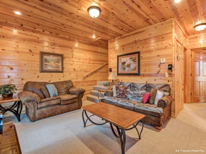 idee deco salon cocooning, murs en bois, éclairage encastré, sofa cosy, table basse, style rustique