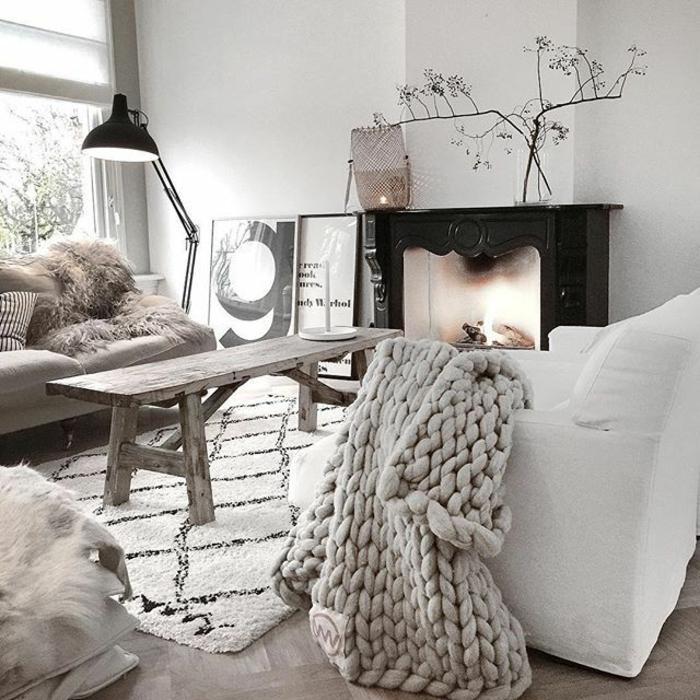idee deco salon cocooning, salon gris et blanc style scandinave, plaid tricoté gris, cheminée décorative