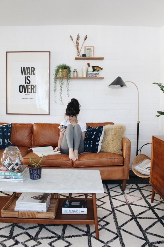 idee deco salon cocooning, intérieur style scandinave, deux petites étagères et une lampe de sol