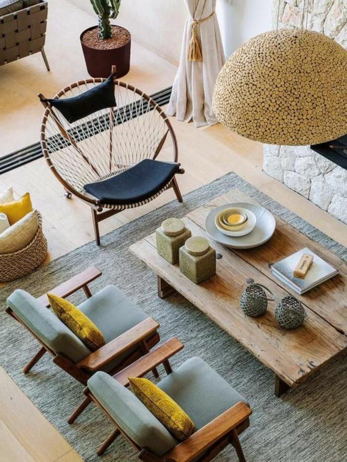 idee deco salon cocooning, sol en planches de bois, table basse en bois, coussins jaunes, aménagement rustique