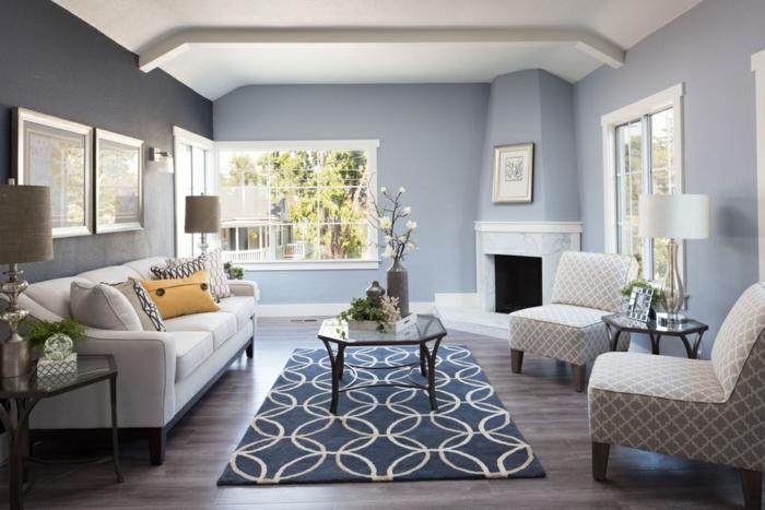 idee deco salon cocooning, sol en planches de bois, tissus à prints géométriques, table en verre, cheminée décorative
