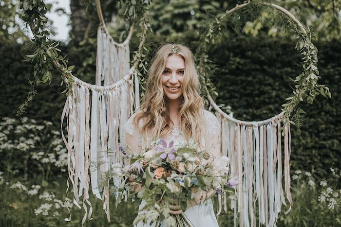 idée déco mariage, des cerceau en bois, décorés de chutes de ruban blanc, rose et bleu pastel et deco de branches fleuries, bouquet de fleurs champetres, mariage style boheme chic