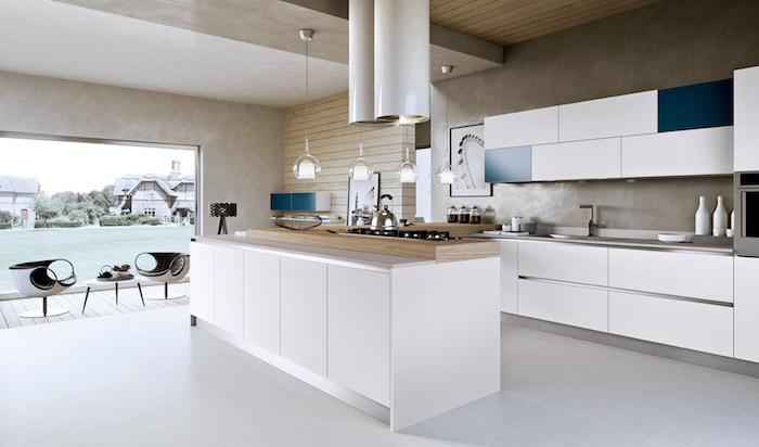 amenagement cuisine, plafond en bois clair et carrelage de sol en blanc, meubles de cuisine blanc et bleu foncé moderne