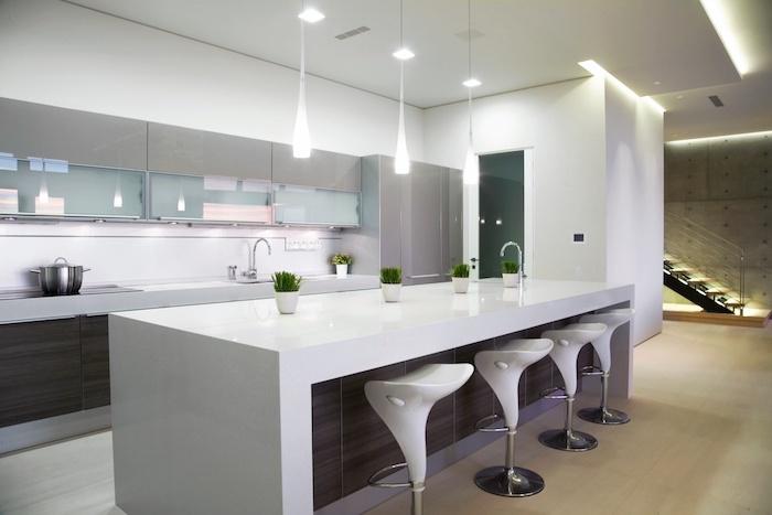 meuble haut cuisine, plafond blanc avec éclairage led, cuisine avec armoires grises en verre et bois