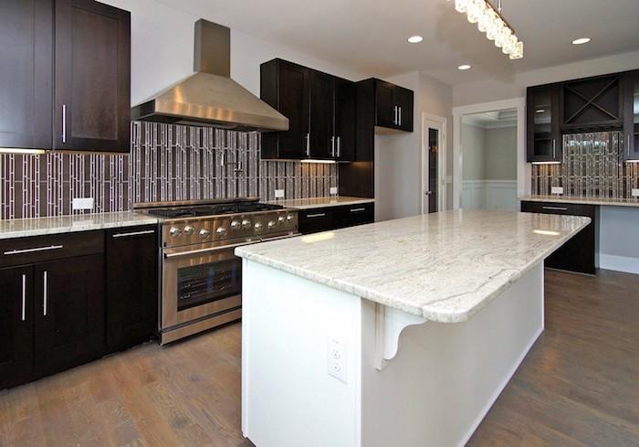 agencement cuisine, meubles de cuisine en bois marron foncé avec équipement moderne en métallique