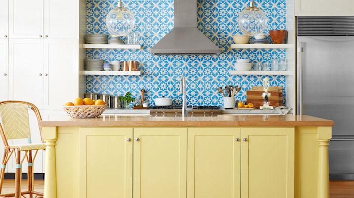 repeindre meuble cuisine, exemple ilot central repeint en jaune, carrelage customisé à stickers blanc et bleu, plan de travail bois, étagères blanches, suspensions boules