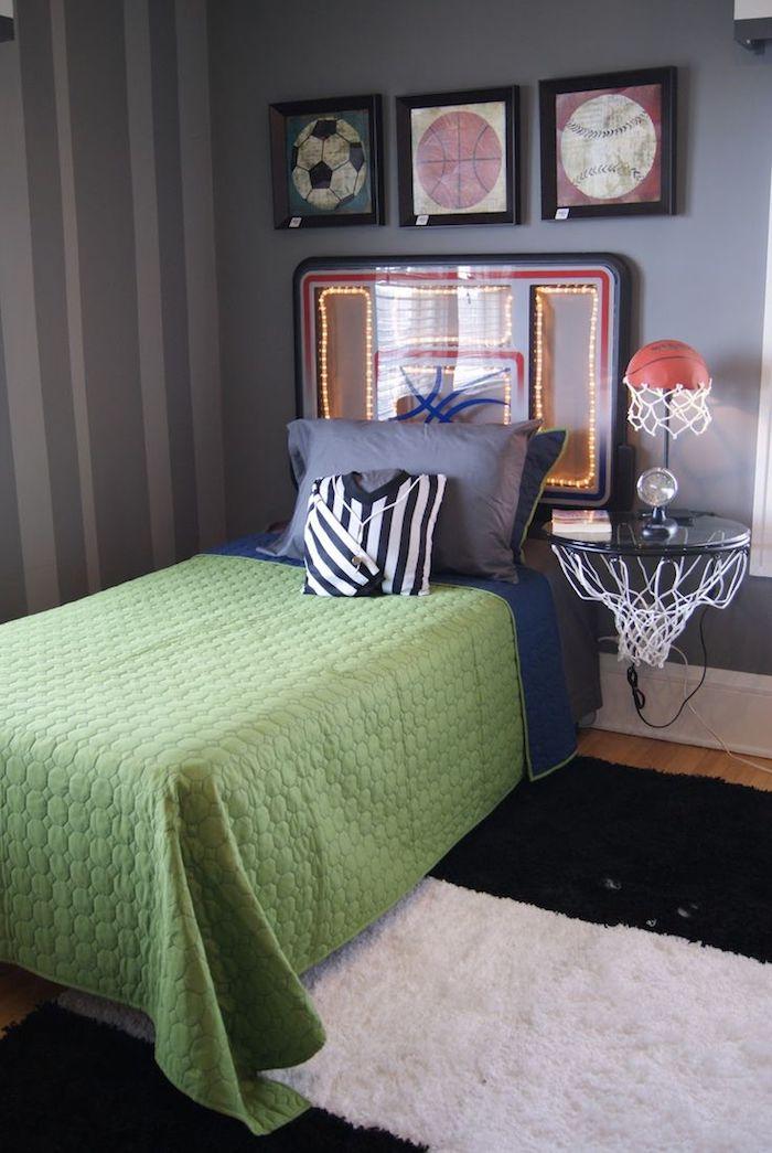 chambre ado garçon, aménagement pièce enfant aux murs taupe avec cadres photos à design ball de foot