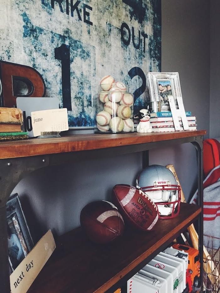 deco interieur, collection d'objets sport, cadre en bois avec photo enfants, jouets enfant camion blanc et orange
