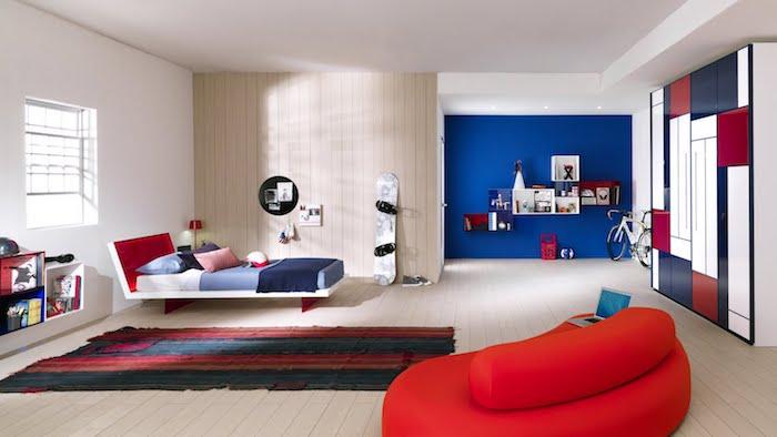 idee deco chambre fille, revêtement de sol en bois clair, couverture de lit en blanc et bleu