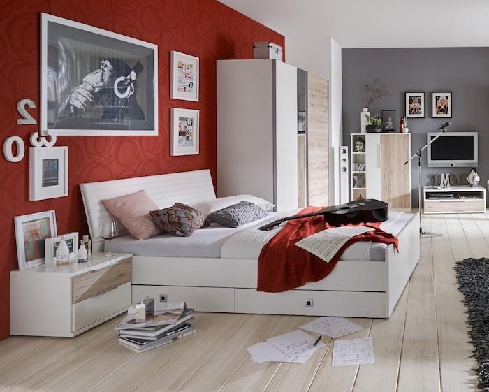 déco chambre ado fille, revêtement de sole en bois clair, murs peints en gris et rouge