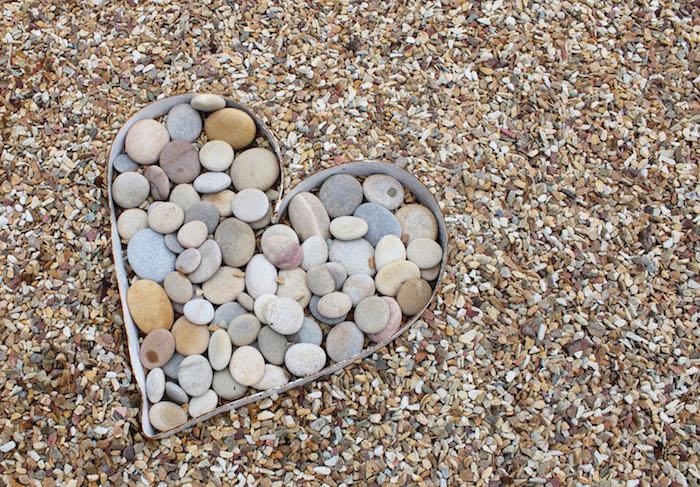 décoration de jardin avec cailloux sous la forme de coeur, art de jardinage avec galets