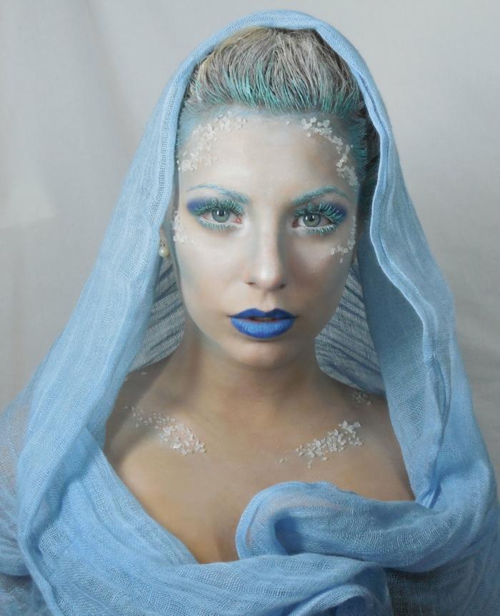 la reine de neige, rouge à lèvres bleu, fard à paupières bleu, voile bleue, visage et cou enneigé