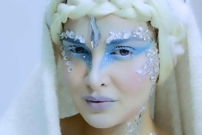 la reine des neige, maquillage en bleu avec des cristaux blacs et coiffure tresse