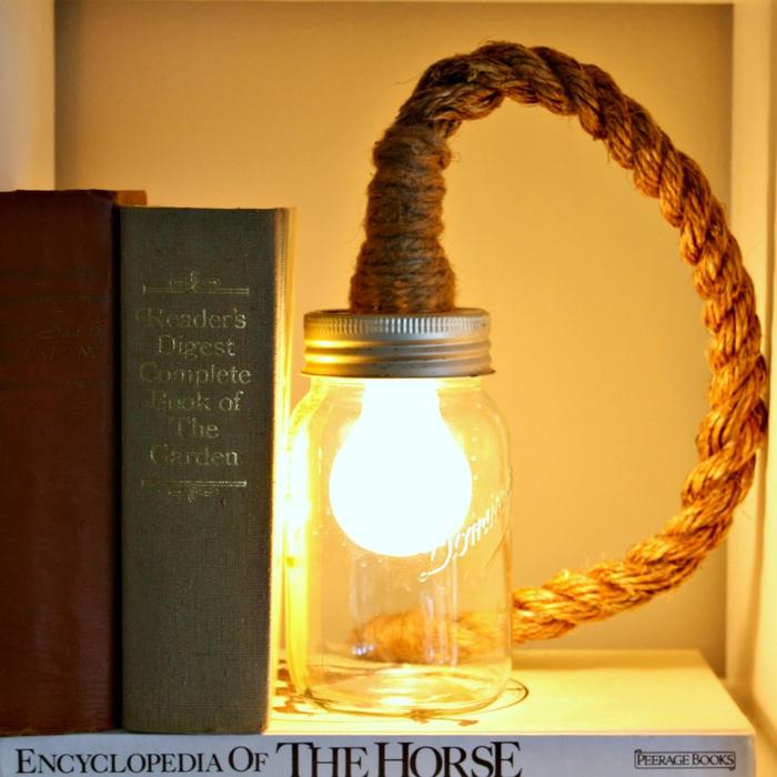 une lampe baladeuse originale d'aspect rustique avec un cache-fil en corde de chanvre et un bocal le parfait recyclé