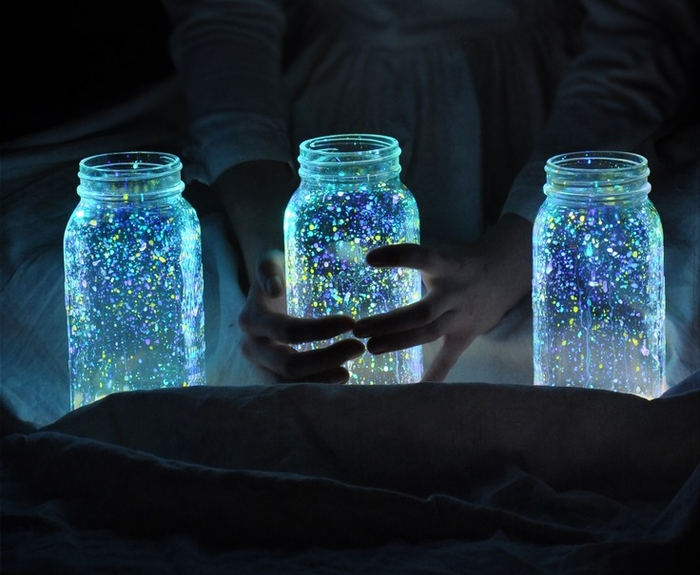 un photophore original réalisé avec un bocal le parfait en verre recyclé et de la peinture phosphorescente
