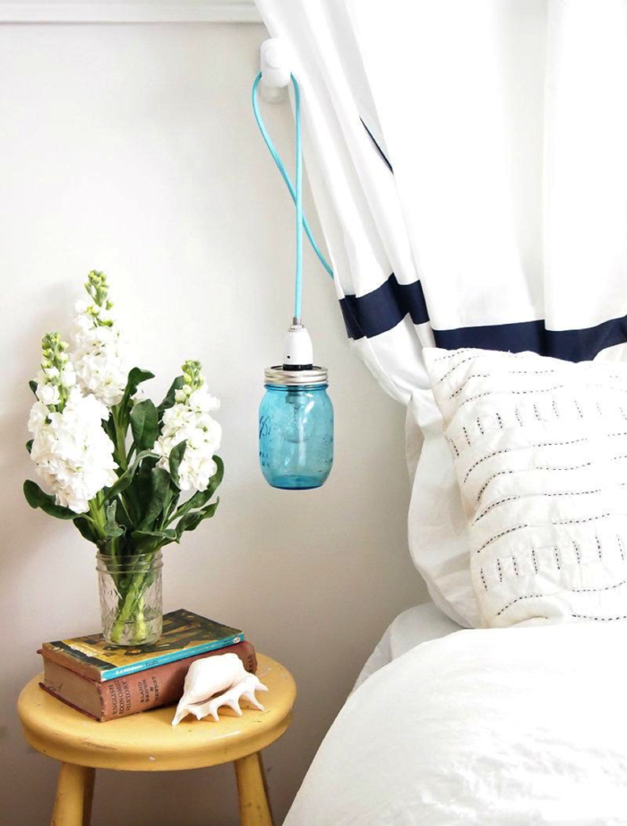 joli bocal en verre coloré avec un fils électrique bleu pastel, transformé en lampe de chevet suspendu de style vintage