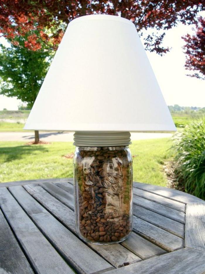 projet diy lampe de chevet original réalisé avec un pot en verre recyclé plein de graines de café et un abat-jour au design classique