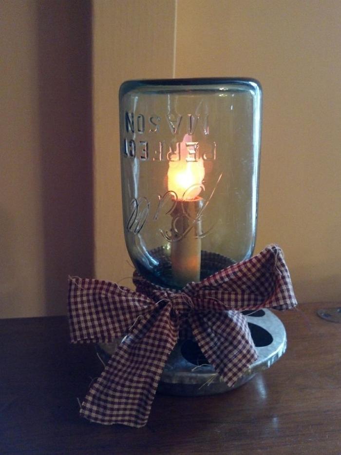 une lampe a poser diy à bougie led de style industriel et vintage, décorée d'un ruban