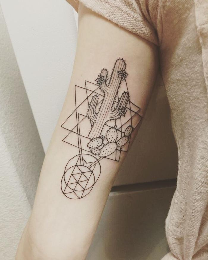 un tatouage abstrait au design simplifié représentant des triangles entrelacés et un cactus