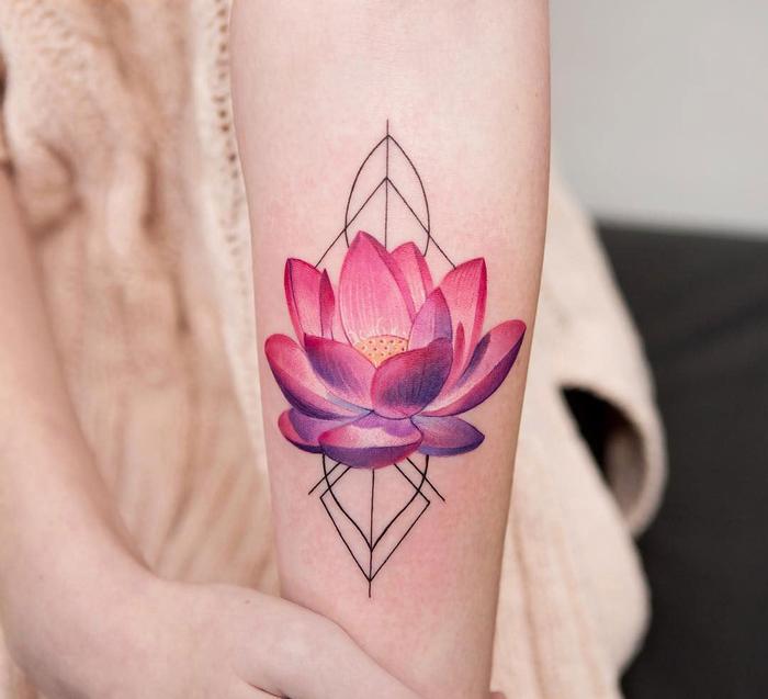 un tatouage avant bras femme à motif géométrique et floral impressionnant avec ses lignes simples et sa représentation réaliste du lotus