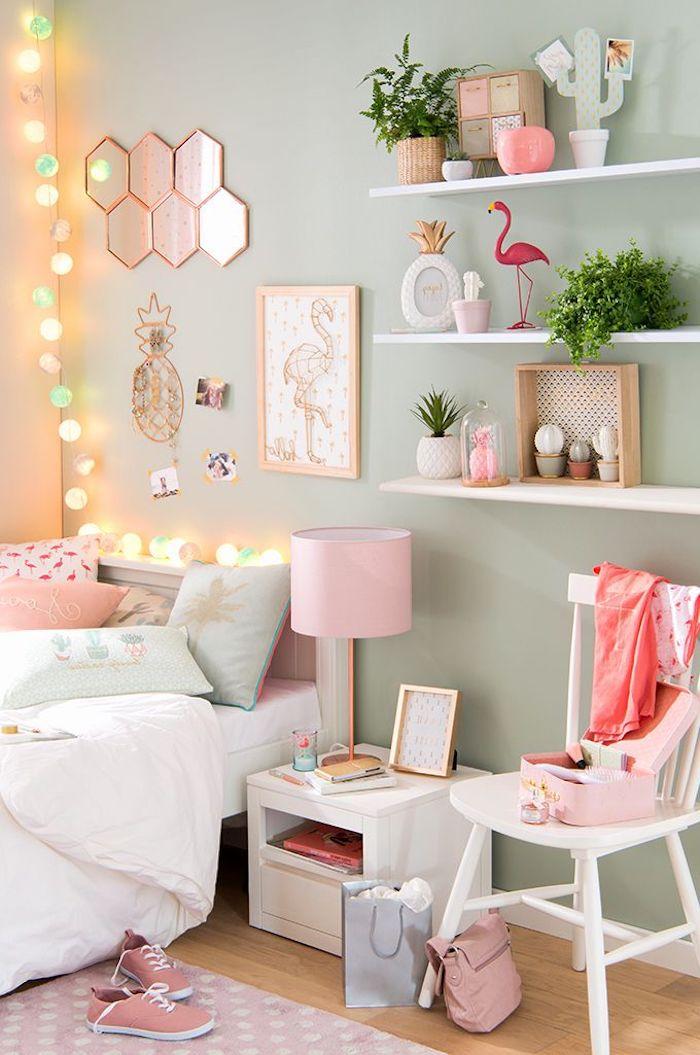 diy projet décoration chambre fille, peinture flamant en blanc et rose pastel, plantes vertes sur étagère blanche