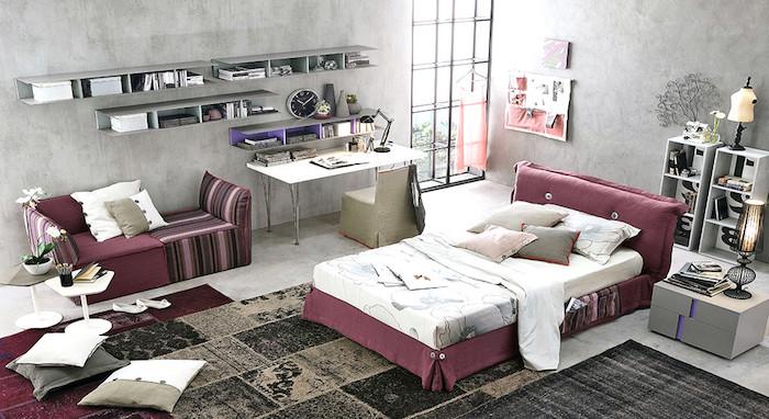 décoration de chambre en gris et rose foncé, meubles en rose foncé et bois, lampe sur pied de style industriel
