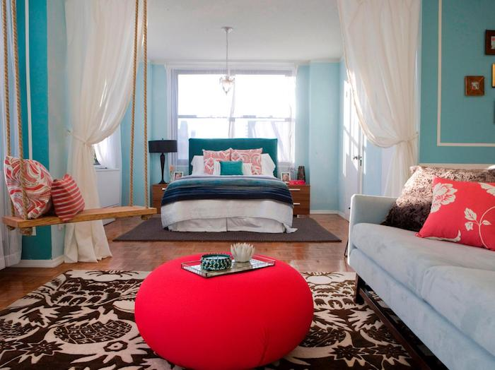 deco chambre ado, tapis à motifs feuilles en blanc et marron foncé, balançoire intérieur en bois avec coussins et corde
