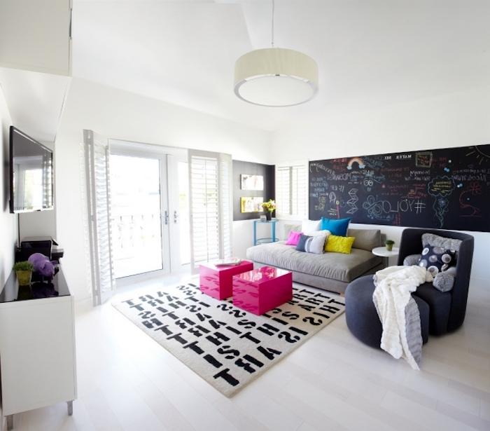 idee deco chambre fille, aménagement moderne de pièce aux murs blancs, tables basses en nuance rose flashy