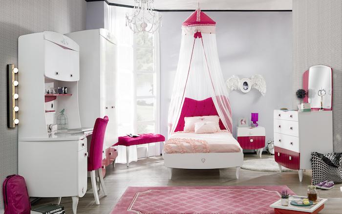 décoration féminine dans chambre ado, tapis rose pastel à design géométrique, meuble en bois peint en blanc