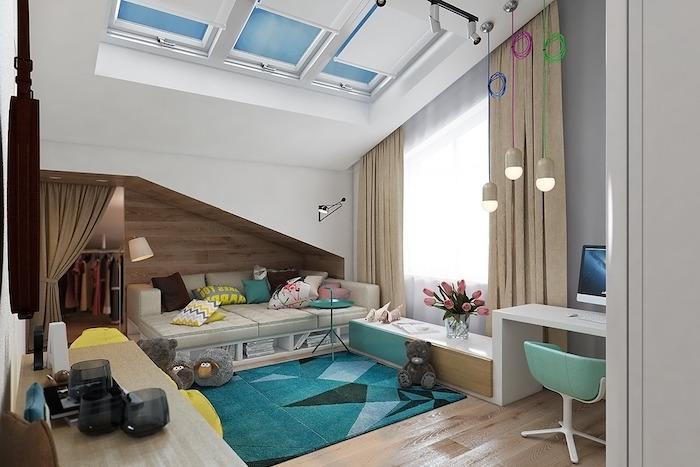 intérieur en couleurs neutres, rideaux longs en nuances terres, tapis rectangulaire en bleu et vert