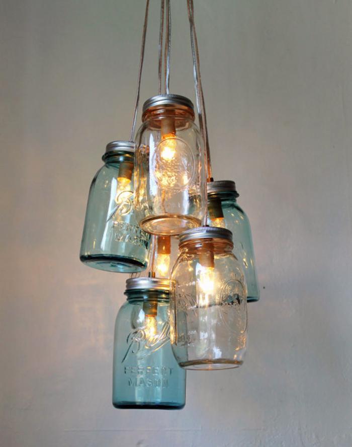 un luminaire fait maison en bocaux en verre vintage recyclés réunis en une suspension esprit récup
