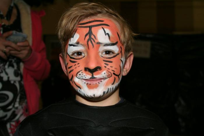 maquillage carnaval, garçon transformé en tigre avec des peintures por visage