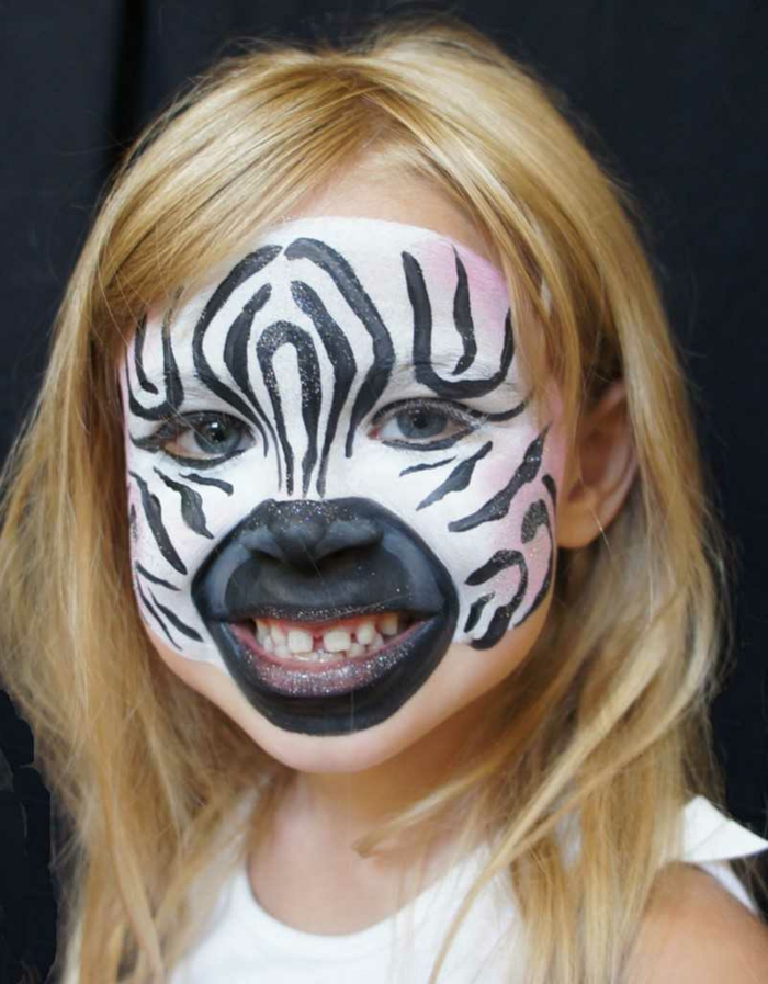 maquillage carnaval, peinture de visage en noir et blanc, petite fille zèbre
