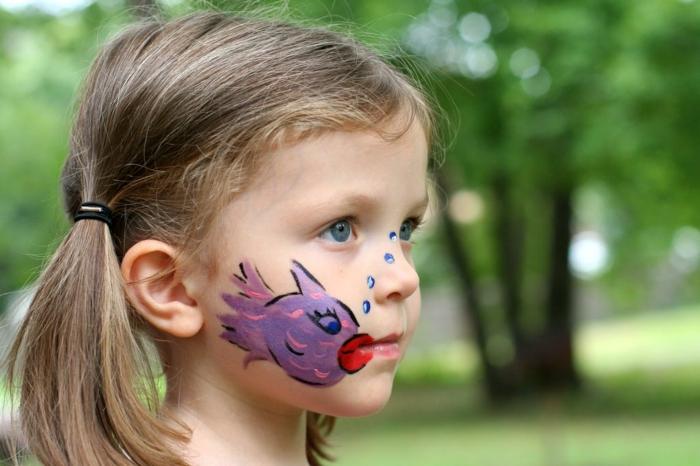 maquillage carnaval, dessin sur visage poisson lilas avec grandes lèvres rouges