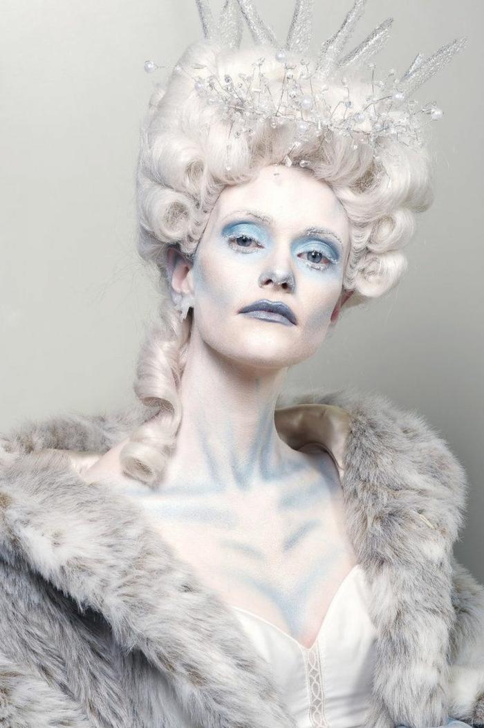 maquillage de la reine des neiges, reine blanche avec boucles vintage blonds, maquillage des yeux bleu
