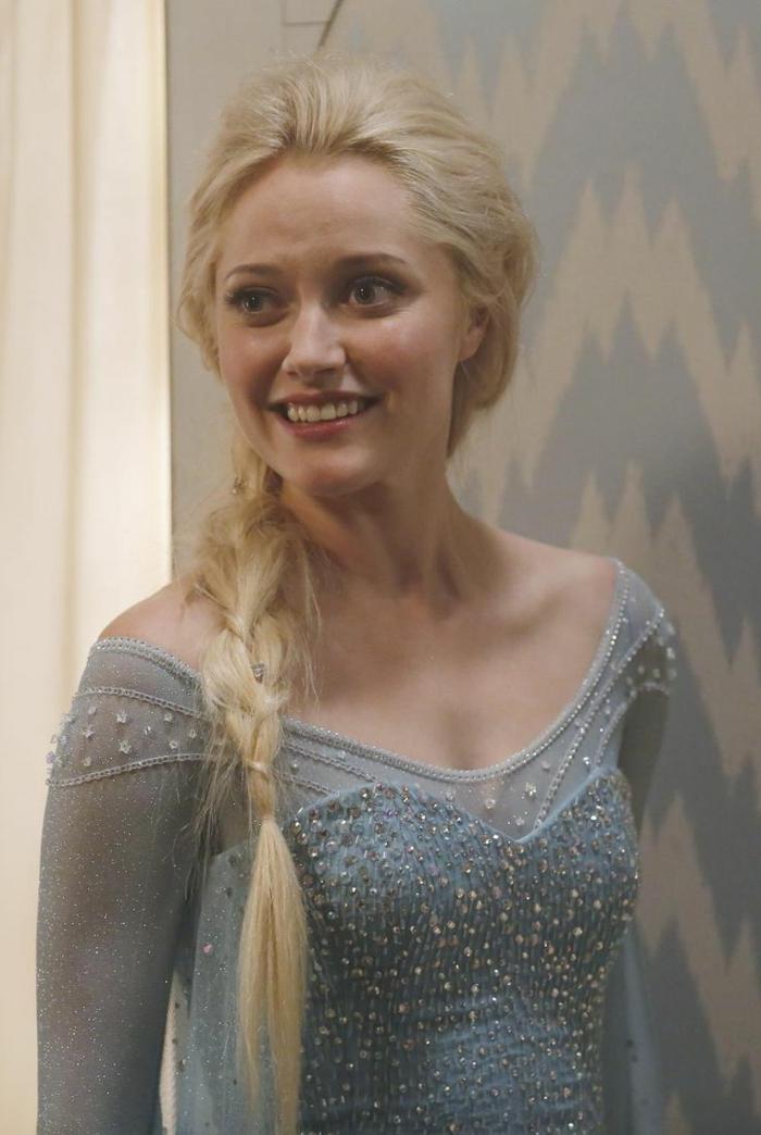maquillage de la reine des neiges, coiffure tresse latérale, robe bleue pâle