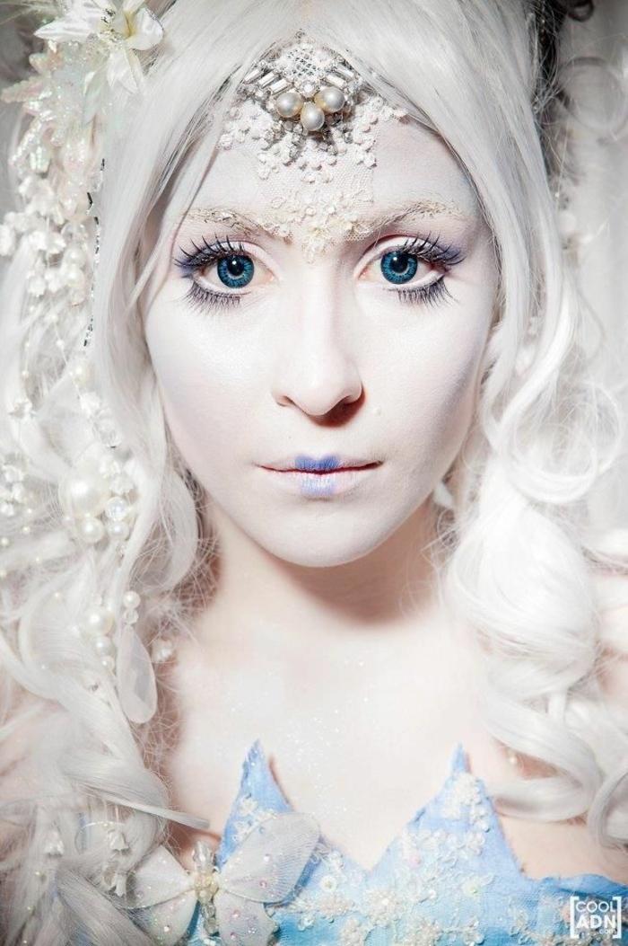 maquillage de la reine des neiges, cristaux de maquillage, lèvres bleuesn couronne en perles blanches