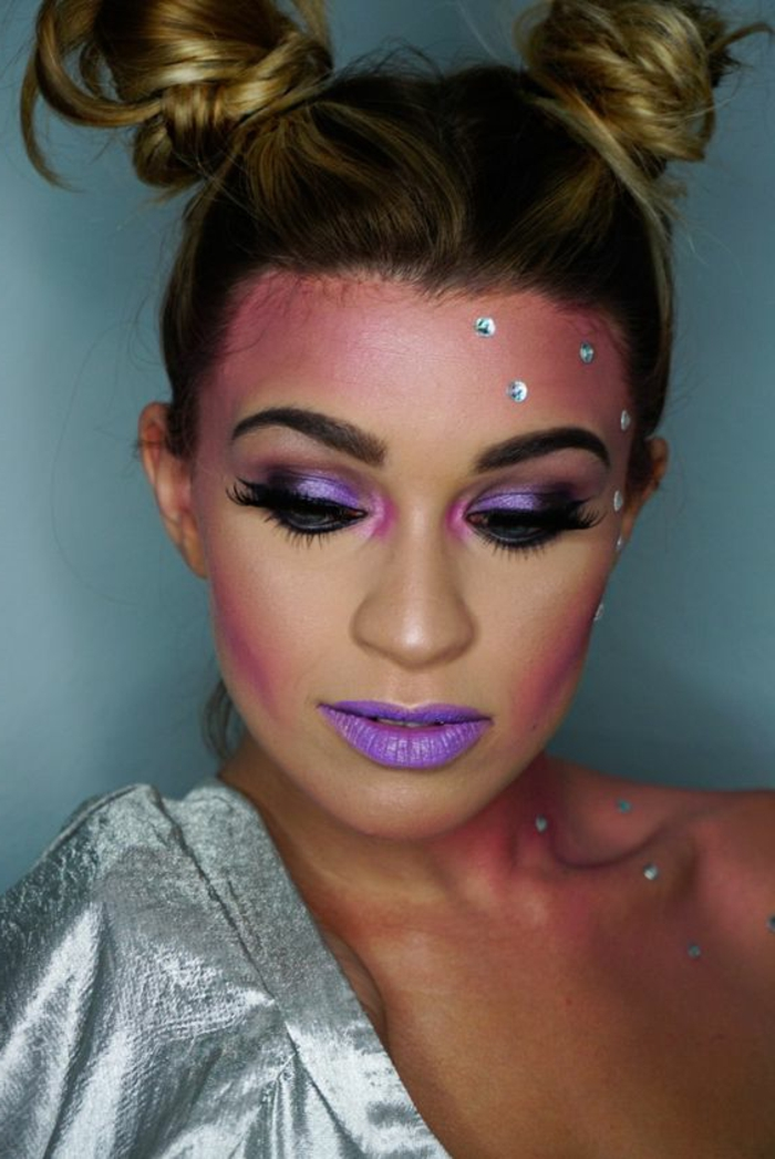 maquillage de la reine des neiges, coiffure avant-garde et maquillage violet avec paillettes strass
