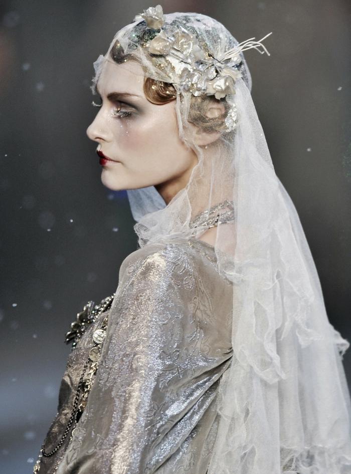 maquillage de la reine des neiges, look extravagant avec voile transparente, cils blancs artificiels, coiffure collée