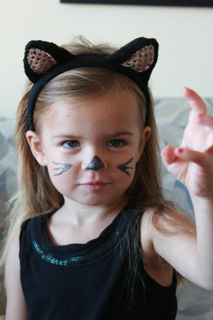 maquillage enfants, costume halloween petite fille et maquillage facile avec peinture noire