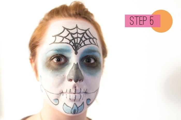 un maquillage mexicain femme de masque à inspiration jour des morts en blanc et bleu