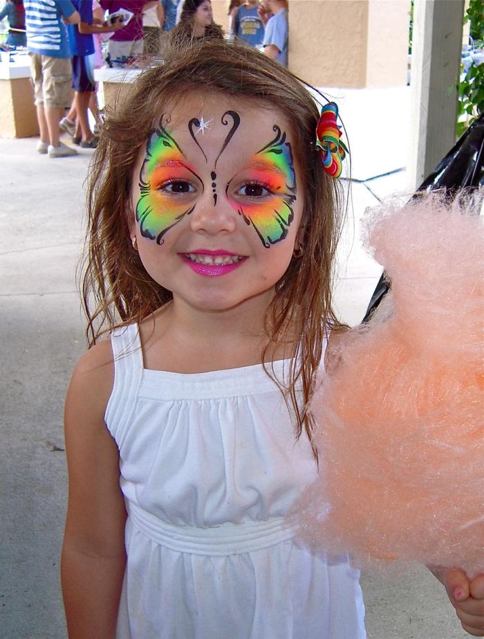 maquillage petite fille, maquillage papillon en couleurs festives et fleur dans les cheveux